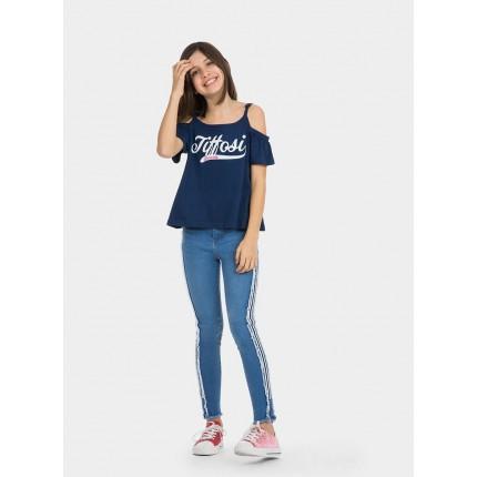 Detalle modelo Camiseta Tiffosi Kids Cleo niña junior hombros descubiertos